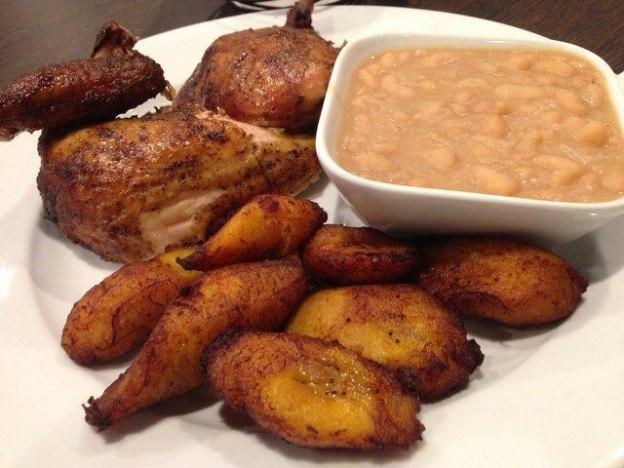 Mi pollo peruanas, plátanos y frijoles.